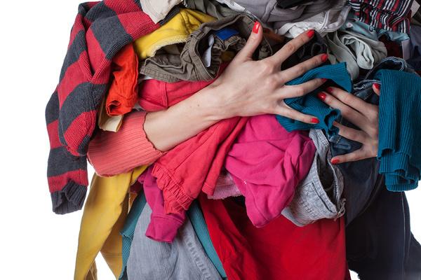 cách tẩy nhựa chuối trên quần áo màu